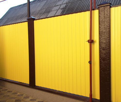 Яркий окрашенный забор из профлиста