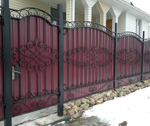 Забор из профлиста с ковкой